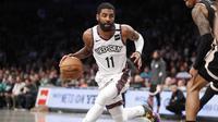 Aksi Kyrie Irving saat Nets melawan Hawks di lanjutan NBA (AP)