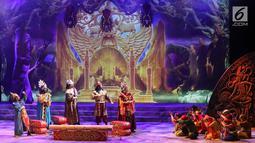 Sejumlah pemain Teater Koma mementaskan Goro-Goro: Mahabarata 2 di Graha Bhakti Budaya, Taman Ismail Marzuki, Jakarta, Rabu (24/7/2019). Lakon berkisah tentang Semar dan Togog yang ditugaskan untuk turun ke Marcapada dan menghamba kepada para raja. (Liputan6.com/Fery Pradolo)