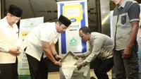 Wali Kota Semarang Hendrar Prihadi mencoba ATM Beras di Masjid Baiturahman. (foto: Liputan6.com/edhie prayitno ige)
