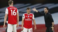 Pelatih Arsenal, Mikel Arteta, memberikan arahan kepada pemainnya saat menghadapi Liverpool pada laga lanjutan Premier League pekan ke-36 di Emirates Stadium, Kamis (16/7/2020) dini hari WIB. Arsenal menang 2-1 atas Liverpool. (AFP/Paul Childs/pool)