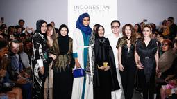 Perancang Busana Dian Pelangi bersama para desainer berpose selama acara New York Fashion Week 2017 di The Dream Downtown Hotel, New York, AS (7/9). (Brian Ach/Getty Images for Indonesian Diversity/AFP)
