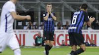 Gelandang Inter Milan, Ivan Perisic, tampak kecewa usai gagal membobol gawang Fiorentina pada laga Serie A Italia di Stadion Giuseppe Meazza, Rabu (26/9/2018). Inter Milan menang 2-1 atas Fiorentina. (AP/Luca Bruno)