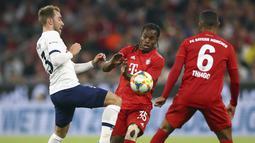 Gelandang Tottenham Hotspur, Christian Eriksen berusaha merebut bola dari gelandang Bayern Muenchen, Renato Sanches selama pertandingan final Audi Cup 2019 di Alianz Arena, Jerman (1/7/2019). Eriksen mencetak satu gol di pertandingan final ini.(AP Photo/Matthias Schrader)