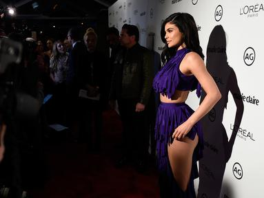 Kylie Jenner berpose saat tiba di acara Marie Claire's Image Maker Awards 2017 di Catch LA di West Hollywood, California (10/1). Busana unik Kylie Jenner langsung menjadi pusat perhatian. (AFP PHOTO/ Matt Winkelmeyer)
