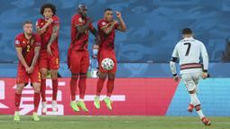 Pada menit ke-25, Cristiano Ronaldo nyaris membawa keunggulan bagi Portugal lewat tendangan bebasnya. Namun bola masih dapat ditepis oleh Thibaut Courtois dan hasil muntahannya tak dapat dimanfaatkan dengan baik oleh Palhinha. (Foto: AP/Pool/Lluis Gene)