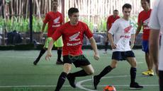 Marc Marquez (kiri) dari Tim Merah mengecoh rekannya Dani Pedrosa dari Tim Putih saat bermain futsal di Lapangan Futsal Kuningan Village, Jakarta, Sabtu (13/2/2016). (Bola.com/Nicklas Hanoatubun)