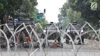 Kawat berduri dipasangkan di depan Gedung Mahkamah Konstitusi (MK), Jakarta, Rabu (26/6/2019). Kepolisian memperketat penjagaan di sekitar Gedung MK dengan kawat berduri, kendaraan lapis baja, serta ratusan personel. (merdeka.com/Iqbal S. Nugroho)
