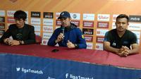 Pelatih Persela Lamongan, Nil Maizar (tengah), pada sesi jumpa media di Stadion Andi Mattalatta, Sabtu (31/8/2019). (Bola.com/Abdi Satria)