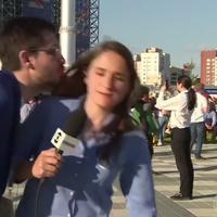 Seorang reporter Brazil Julia Guimarães mencoba menghindari ciuman dari seorang supperter Piala Dunia yang tak dikenalnya. (Sumber Foto: The Sun)