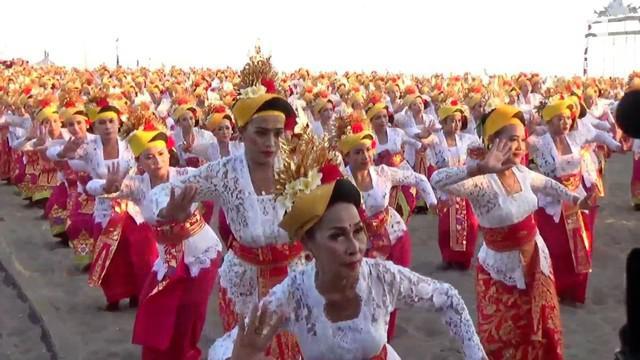 Sebanyak 2000 orang penari wanita terlibat dalam kegiatan tari tenun massal di Bali.