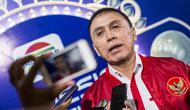 Ketum PSSI, Mochamad Iriawan, menjawab pertanyaan wartawan saat hadir pada Indonesian Soccer Awards 2019 di Studio Indosiar, Jakarta, Jumat (10/12). Acara ini diadakan oleh Indosiar bersama APPI. (Bola.com/Vitalis Yogi Trisna)
