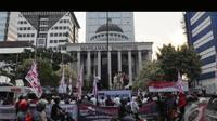 Aksi pendukung Prabowo-Hatta berdemo di depan gedung Mahkamah Konstitusi (MK) sempat membuat jalan menjadi macet, Jakarta, Jumat (25/7/2014) (Liputan6.com/Andrian M Tunay)