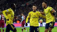 Pemain Arsenal Pierre-Emerick Aubameyang (kanan) merayakan dengan rekan satu timnya setelah mencetak gol ke gawang West Ham United pada pertandingan Liga Inggris di London Stadium, London, Inggris, Senin (9/12/2019). Arsenal menang 3-1. (AP Photo/Kirsty Wigglesworth)