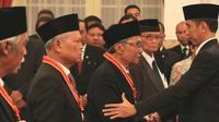 Politisi senior PDI Perjuangan, Sabam Sirait saat dianugerahi penghargaan Bintang Mahaputra Utama oleh Presiden Jokowi di Istana Negara, Jakarta, Kamis (13/8/2015). (Ist)