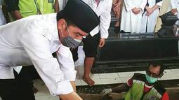 Presiden Joko Widodo atau Jokowi saat  memakamkan jenazah ibundanya Sudjiatmi Notomihardjo di pemakaman keluarga di Mundu, Kabupaten Karanganyar, Jawa Tengah, Kamis (26/3/2020).  Sujiatmi Notomiharjo wafat di RST Slamet Riyadi, Solo. (dok.istimewa)