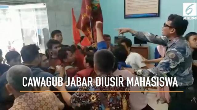 Mahasiswa Universitas Muhammadiyah Sukabumi berdemo karena merasa kampusnya disusupi kampanye terselubung calon wakil gubernur Jawa Barat.