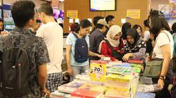 Pengunjung melihat-lihat buku pada gelaran Indonesia International Book Faor 2018 di Jakarta Convention Center, Minggu (16/9). Selain itu, pihak panitia juga menggelar beberapa peluncuran dan bedah buku. (Liputan6.com/Helmi Fithriansyah)