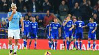 Reaksi bomber Manchester City, Sergio Aguero (kiri) setelah kalah dari Leicester City, di King Power Stadium, Rabu (27/12/2018). Manchester City kalah 1-2.  (AFP / Lindsey Parnaby)