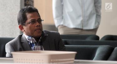 Sekjen DPR Indra Iskandar menunggu panggilan penyidik saat akan menjalani pemeriksaan di Gedung KPK, Jakarta, Kamis (21/3). Indra Iskandar diperiksa sebagai saksi untuk tersangka mantan Wakil Ketua DPR Taufik Kurniawan. (merdeka.com/Dwi Narwoko)