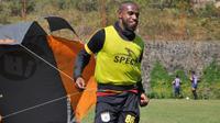 Boaz Solossa saat berlatih bersama skuat Persipura di Batu, Malang. (Bola.com/Iwan Setiawan)