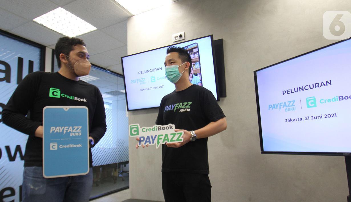 CEO & Co-Founder CrediBook Gabriel Frans dan CEO & Co-Founder Payfazz Hendra Kwik berbincang pada peluncuran aplikasi Payfazz Buku di Jakarta (21/06/2021). Payfazz Buku powered by CrediBook merupakan layanan pencatatan keuangan digital yang fokus dihadirkan bagi UMKM ritel. (Liputan6.com/HO/Ading)