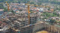Sebuah proyek bangunan yang sedang dalam tahap penyelesaian di Jakarta, Senin (27/2). Jumlah tersebut turun sedikit dibandingkan tahun sebelumnya yang mencatat angka 5,89% secara tahunan atau year on year (yoy). (Liputan6.com/Angga Yuniar)