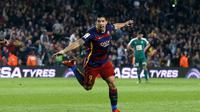 Striker Luis Suarez mencetak hat-trick ke gawang Eibar dalam lanjutan La Liga Spanyol di Camp Nou, Senin (26/10/2015). (Liputan6.com/REUTERS/Albert Gea)