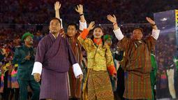 Kontingen atlet Bhutan lengkap dengan kostum uniknya meramaikan parade upacara pembukaan Olimpiade 2016 di Stadion Maracana, Rio de Janeiro, Brasil (5/8).( REUTERS / Kai Pfaffenbach)