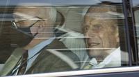 Duke of Edinburgh Pangeran dari Kerajaan Inggris meninggalkan Rumah Sakit Prince Edward VII di pusat kota London pada Selasa (116/3/2021). Suami Ratu Elizabeth II yang berusia 99 tahun itu dirawat di rumah sakit selama empat pekan terkait infeksi dan operasi jantung. (Glyn KIRK / AFP)