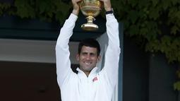 Novak Djokovic keluar sebagai juara Wimbledon 2014 setelah menumbangkan Roger Federer di final klasik, 6-7(7), 6-4, 7-6(4), 5-7, 6-4, London, Minggu (6/7/14). (REUTERS/Suzanne Plunkett)