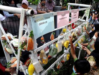 Warga Terdampak Covid-19 di Bogor Antre Bahan Pangan Gratis