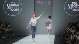 Model memperagakan baju koleksi Matahari Department Store pada Jakarta Fashion Week 2018 di Senayan City, Selasa (24/10). Mengangkat tema Rocks & Fun, koleksi tersebut menandai lima tahun keikutsertaan Matahari dalam ajang JFW (Liputan6.com/Faizal Fanani)