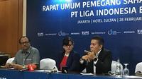 Sekjen PSSI, Ratu Tisha Destria (tengah), diapit manajerial interim PT Liga Indonesia Baru, Dirk Soplanit (kiri) dan Gusti Randa, usai RUPS PT LIB di Hotel Sultan, Senayan, Kamis (28/2/2019). (Bola.com/Benediktus Gerendo Pradigdo)