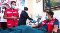 Sandiaga Uno menjalani donor konvalesen di PMI Kramat. (dok. Biro Humas dan Komunikasi Publik Kemenparekraf)