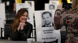 Zoe Ruderman, features Director at PEOPLE Magazine, berpose di dekat foto aktor Leonardo DiCaprio yang tertempel di bangku saat persiapan Screen Actors Guild Awards 2016 di Shrine Auditorium, Los Angeles, Jumat (29/1). (REUTERS/Mario Anzuoni)