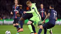 Aksi striker Manchester City, Kevin De Bruyne melewati hadangan pemain PSG pada leg pertama perempat final Liga Champions di Stadion Parc des Princes, Paris, Kamis (7/4/2016) dini hari WIB. (AFP/Franck Fife)