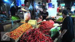 Aktivitas jual beli cabai di salah satu pasar di Jakarta, Selasa (26/7). Para pedagang menjual cabai saat ini seharga Rp 65.000 kg, dari harga normal sekitar Rp 20.000 hingga Rp 30.000 per kg. (Liputan6.com/Angga Yuniar)
