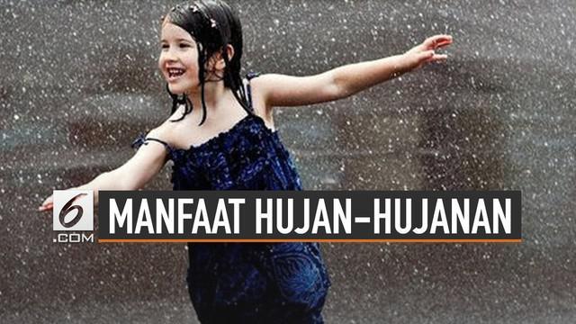 Hujan identik dengan penyebab sakit. Padahal hujan-hujanan ternyata punya manfaat kesehatan.