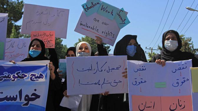 Aksi sekelompok wanita saat berunjuk rasa di Herat, Afghanistan, Kamis (2/9/2021). Para pengunjuk rasa mendesak Taliban menghormati hak-hak kaum perempuan, termasuk menempuh pendidikan. (AFP Photo)
