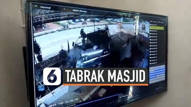Sebuah mobil menabrak masjid Twaha Juma mosque di kota Pharangipet, India. Akibat insiden itu, seorang pengemudi, dua penumpang dan dua orang di masjid terluka.