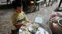 Meski demikian, bocah Liu tak pernah meninggalkan sekolahnya. Sepulang dari sekolah dia mengerjakan pekerjaan rumah lalu membantu kakek neneknya berjualan. (Shanghaiist.com)