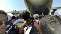 Warga Palu antre naik pesawat Hercules TNI usai gempa dan tsunami. (Frans Padak Demon)
