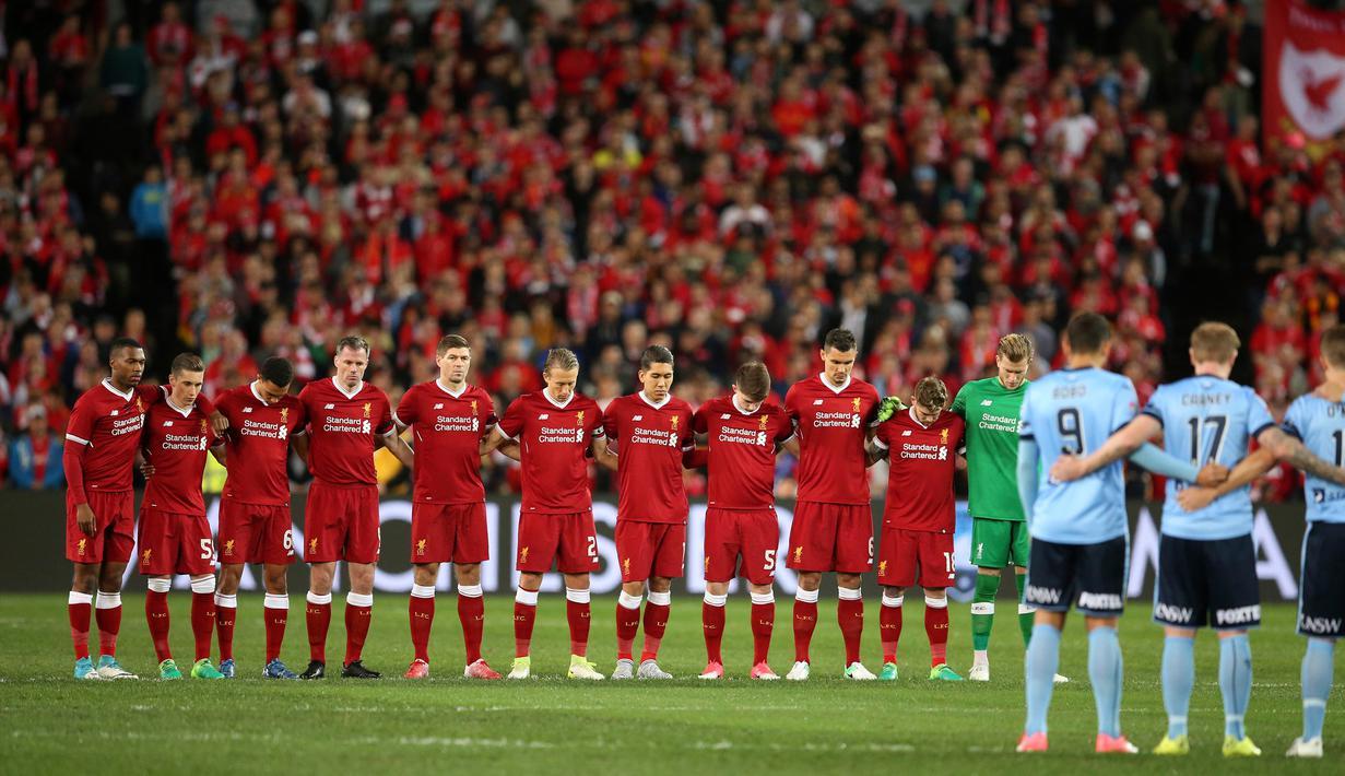 Pemain Liverpool FC dan Sydney FC melakukan hening sesaat untuk memberi penghormatan kepada korban pemboman di Manchester sebelum pertandingan persahabatan dimulai di Sydney, Australia (24/5). (AP Photo / Rick Rycroft)