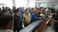 Menteri Perencanaan Pembangunan Nasional/Kepala Bappenas Bambang Brodjonegoro saat meninjau gedung Badan Informasi Geospasial (BIG) di Cibinong, Bogor, Kamis (17/10/2019).
