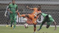 Gelandang Borneo FC, Terens Puhiri, berebut bola dengan striker Bhayangkara FC, Guy Junior, pada laga Liga 1 Indonesia di Stadion Patriot, Bekasi, Rabu (20/9/2017). Bhayangkara menang 2-1 atas Borneo. (Bola.com/Vitalis Yogi Trisna)