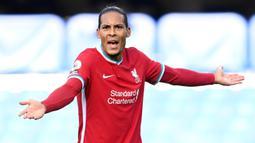 1. Virgil van Dijk (Liverpool) - Bek berusia ini menjadi bek tangguh dan terbaik yang dimiliki Liverpool saat ini. Virgil menjadi tembok kokoh yang sulit ditembus setiap lawan Liverpool. (AFP/Michael Regan/pool)