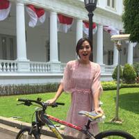 Raisa dapat sepeda dari Presiden Jokowi. (Twitter/raisa6690)