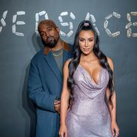 Kim Kardashian dan Kanye West menjadi tuan rumah pesta Natal Keluarga Kardashian-Jenner, menggantikan tugas Kris Jenner. (Roy Rochlin / GETTY IMAGES NORTH AMERICA / AFP)