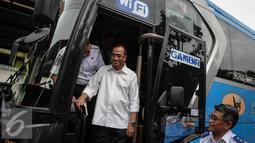 Menhub Budi Karya saat meninjau di Stasiun Gambir, Jakarta, Minggu (16/10). Budi meninjau fasilitas Integrasi Moda Transportasi yang ramah disabilitas (Liputan6.com/Faizal Fanani)