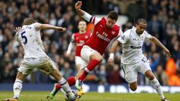 Penyerang Arsenal, Olivier Giroud berusaha melewati hadangan pemain Tottenham pada Liga Premier di Stadion White Hart Lane, Inggris, Minggu (3/3/2013). (EPA/Kerim Okten)
